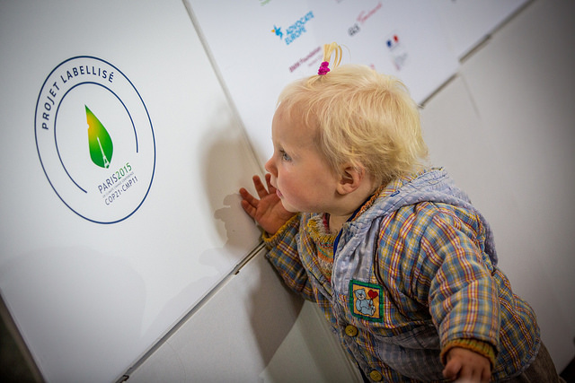 child looking at COP21 logo